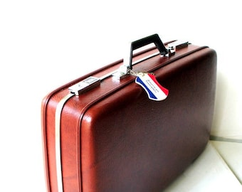 Mod vintage 60s brown hard shell plastic suit case with a key. Made by American tourister.Mint condition.
