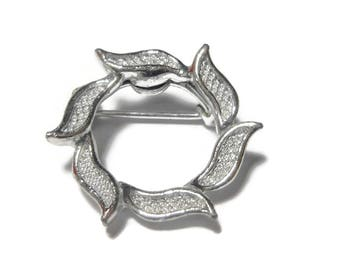 Gerry's leaf circle brooch, silver veined leaves, laurel wreath pin, small circle pin, lapel pin, tie tack tac