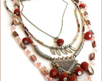 Collier-plastron, perles et pompons- Rose-Nude/Orange/Brique/Argent - Nacre, métal et breloques