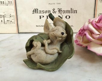 ViNTAge QUARRY CRITTER MAZZIE the MouSE FiguriNE. Home DeCOR, SeCOND NaTURE DeSIGN, ReSiN MoUSE StATUE sLEEPiNG on a LeaF, CoLLeCTiBLE