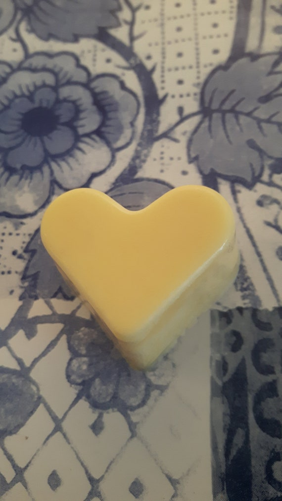 Cloudy lemonade wax melts.  Vegan eco friendly soy wax melts.  Hand poured beautifully scented soy wax melts for oil burners.  Made in Wales