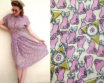 Amazing 1940s rayon dress with pink pears patterns and green triangles - US Forties