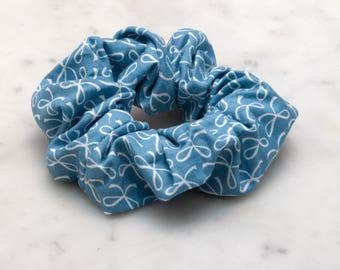 Bow haartoebehoren, buigt haar Scrunchie, handgemaakte Scrunchy, blauwe haaraccessoires, blauwe Festival Fashion, blauwe haar boog scrunchie Strijkstokken