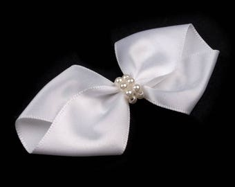 Bow in white satin and pearls