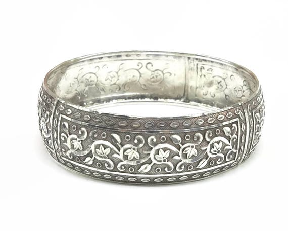 Highly decorative silver bracelet with foliate bright cut engraving, bangle, 7.8 inches / 20.5 cm circumference on inside, 18 grams