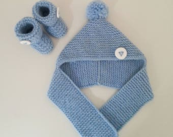 hat and slippers for born babies in 12 blue woolen months with pompom and ornamental buttons