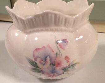 Gorgeous Aynsley fine bone china LITTLE SWEETHEART Vase