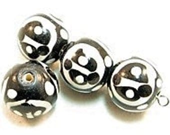 4 pieces Exclusive glass beads: Black & White, ± 14x15 mm.