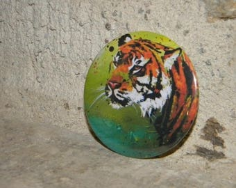 Magnet with a tiger on a green background
