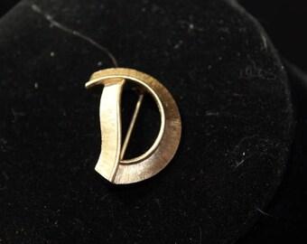"""CROWN TRIFARI - Monogram brooch """"D"""" in brush gold - Signed"""