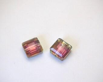 2 perles carrées en cristal de Bohème à facettes vert/fuchsia irisé10x10x6mm