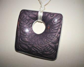 Gros pendentif faux relief métallisé