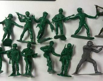 """Vintage Retro Hard Plastic 5"""" Green Army Men Toy Soldier Lot of 12"""