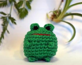 frog plushie keychain - crochet amigurumi