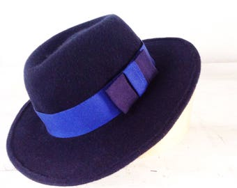 Blue felt hat for ladies, medium brim fedora for winter. Confortable and elegant for all day in the city. Modern style for girl.