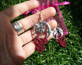 Silver buckles and bordeaux macrame: Moonlight fairy. Silver and burgundy earrings, fairy in the moonlight.