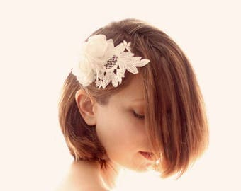 Lace white flower comb, White leaf headpiece, Unique bridal hair comb, Flower hair clip, Bridal flower hair, White floral comb, Lace details