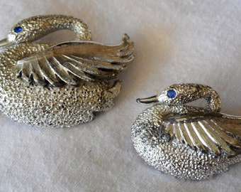 Set of 2 VINTAGE Realistic Swan Silver Metal Costume Jewelry Brooches