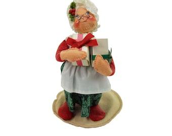 Vintage AnnaLee Mrs Santa Claus Holding Christmas Presents Cloth Felt Art Doll Figurine Holding Presents 1991