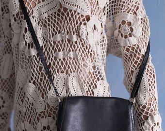 80s/90s woman  vintage black long strap shoulder bag/crossbody bag/small