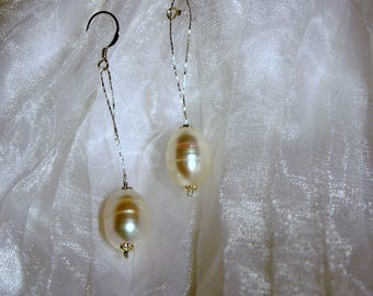 Pair of classic Pearl Earring dangle argt