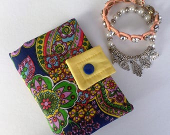 Organizer in cotton printed arabesque and plain yellow cotton.