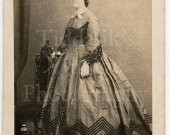 CDV Carte de Visite Photo Victorian Young Attractive Woman Pretty Hooped Dress Zig Zag Stripe Portrait - Unusual Photo, Grand House on Rear