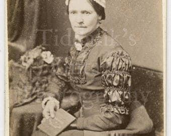 CDV Photo Victorian Seated Woman, Pretty Dress and Bonnet Hat Holding Book Portrait - Carte de Visite Antique Photograph