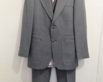 A Vintage 80's,STYLIN' 3pc,Gray Suit By JOHNNY CARSON With Argyle Back Vest.36R