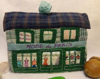 Maison de village en patchwork de tissus, décoration ou jouet. La boutique de mode