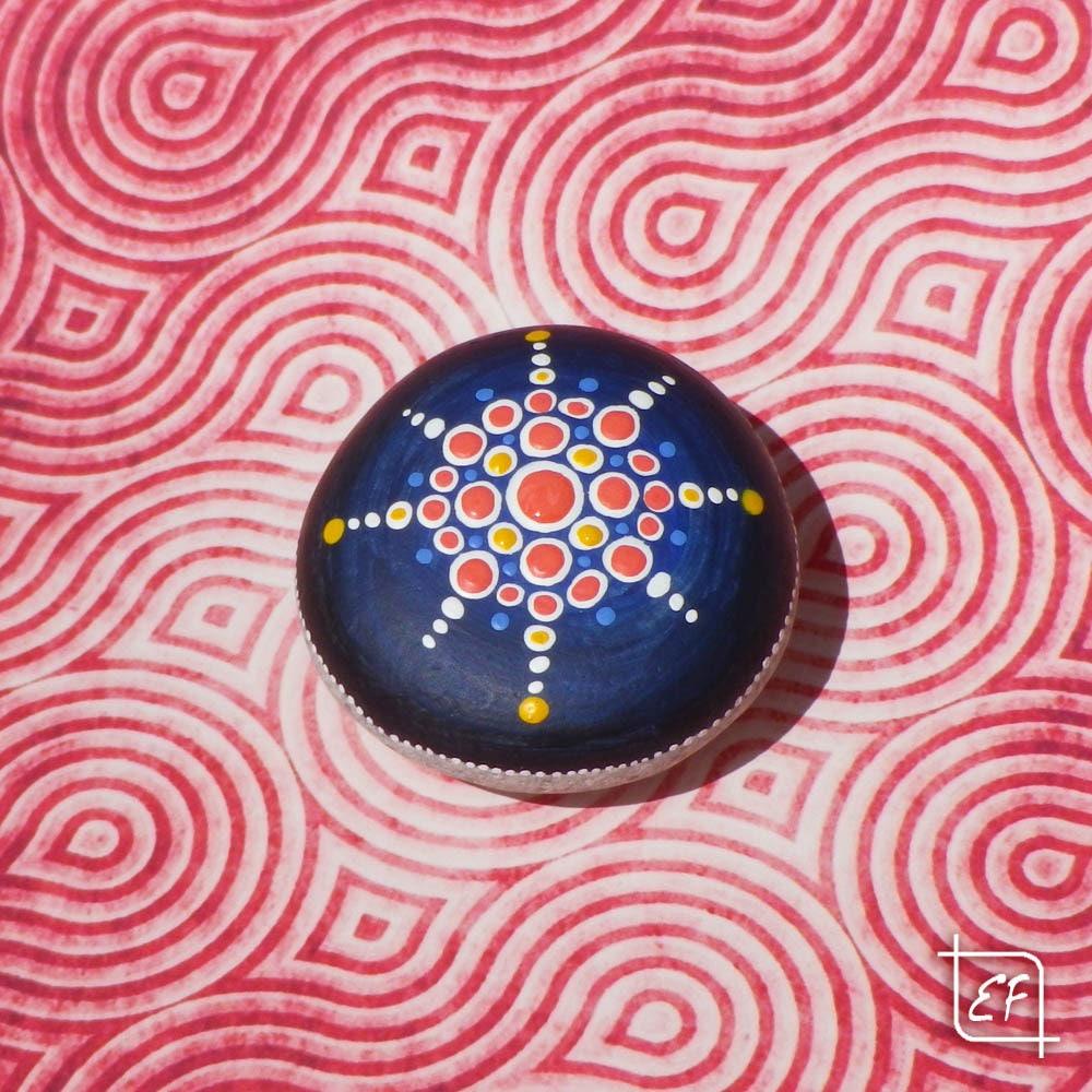 Galet peint motif mandala sur fond bleu - Peinture sur galet mandala ...
