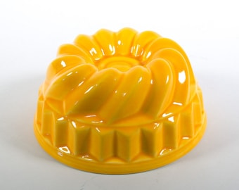 Vintage ceramic pudding mould, yellow ceramic mold, round vintage pudding mold, 70s