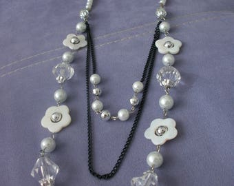 Acrylic beads and mother of Pearl White Flower glass beaded necklace