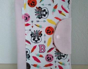 Protège carnet de santé personnalisable pastel rose et blanc motifs pandas et plumes, housse carnet de santé fille rose pâle