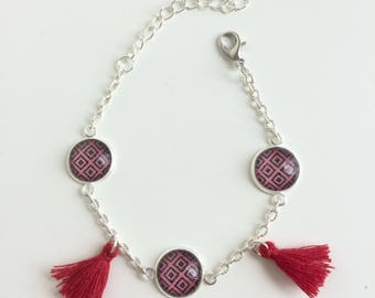 Bracelet curb chain tassel and cabochons red geometric patterns