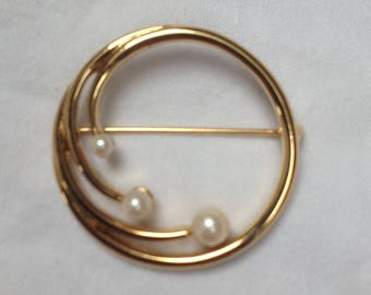 Monet signed C1980s gold tone and pearl brooch size 3.2 cm.