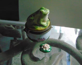 Very smug Trinket Box Great Lifelike Frog with  Lilly  Pad Trinket.