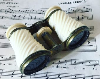 Theater or opera binoculars. Ivory bakelite and brass. 1920 s. french antique
