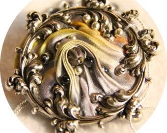 Collier Victorien médaillon en soie shibori gris borealis et cadre argent, collier textile en soie grise, collier gris en soie et argent