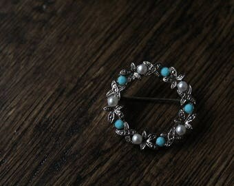 Vintage costume jewellery // brooch // wreath brooch with pearl, hematite and turquoise detail