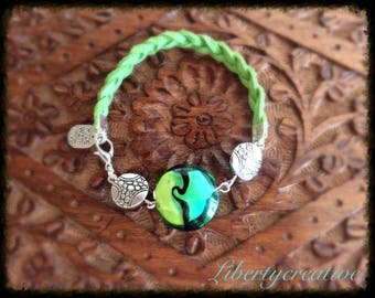Green bracelet, suede and blown glass bead