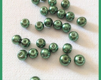 30 beads green round glass, 6 mm in diameter