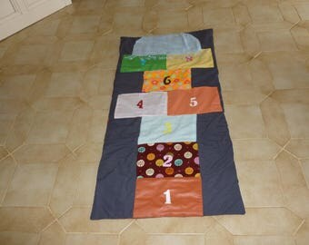 play mat in fabric of different colors representing a HOPSCOTCH