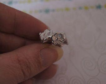 SET OF 8 BEADS SILVER 2CM WITH FLOWERS