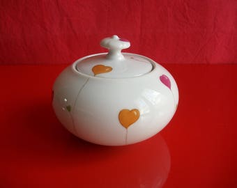 """Porcelain sugar bowl decorated with""""hearts"""""""