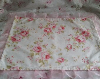 BEAUTIFUL DOILY SHABBY CHIC WITH A FLORAL BOUQUET OF ROSES FABRIC