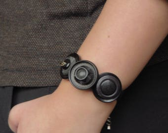 "Bracelet leather and ""black"" buttons"