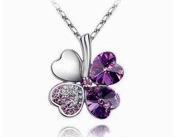 Pendentif argenté tréfle cristal et strass violet et chaine argenté.
