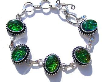 Bracelet argenté et opale de feu vert, orange, bleu irisé.