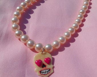 Beaded necklace elastic and skull that glows in the dark